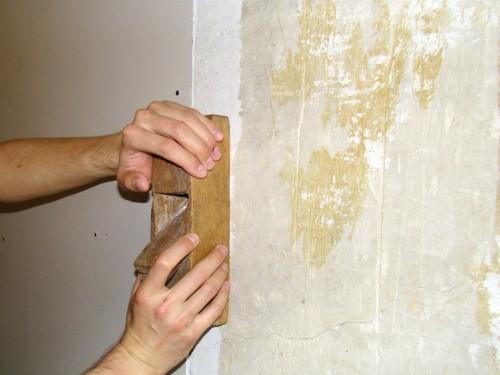 Стесывание гипсовой стены рубанком