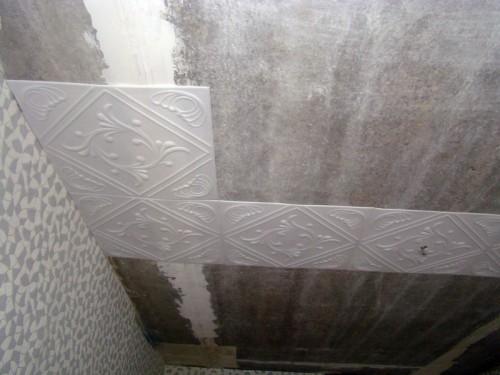 Продолжаем клеить потолочную плитку